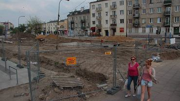 Z powodu remontu pl. Szembeka wciąż obowiązują objazdy. Piesi też wędrują okrężną drogą.