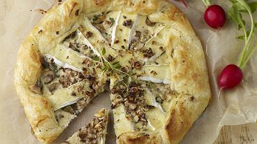 Tarta z camembertem, pieczarkami i orzechami