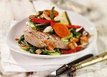 Tuńczyk z endywią i letnimi warzywami - ugotuj