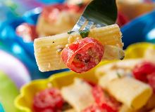 Makaron z pomidorami, bazylią i camembertem - ugotuj