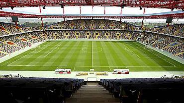 Położony w szczerym polu Stadion Miejski w Aveiro wygląda jak kolorowa zabawka