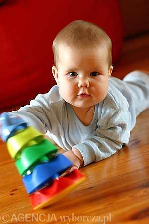 Ośmiomiesięczne niemowlę: Jagoda zaczęła sięgać tam, gdzie dawniej wzrok nie sięgał.