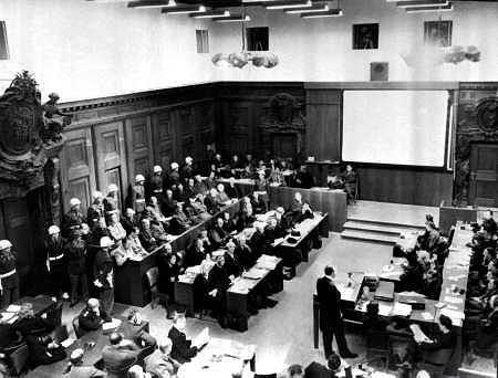 20 listopada 1945 r. rozpoczął się proces przed Międzynarodowym Trybunałem Wojskowym - najsłynniejszy z procesów norymberskich, w których sądzono zbrodniarzy hitlerowskich. Na karę śmierci skazano m.in. Hansa Franka - generalnego gubernatora w Polsce, Hermanna Goeringa - marszłka Rzeszy i dowódcę Luftwaffe, Joachima von Ribbentropa - ministra spraw zagranicznych. W sumie Trybunał wydał 12 wyroków śmierci (w tym jeden zaocznie dla Martina Bormanna), trzech oskarżonych skazał na na dożywocie.