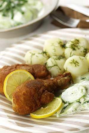 Kurczak panierowany z ziemniakami i mizerią