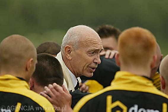 Trener Ryszard Wiejski ze swoimi zawodnikami
