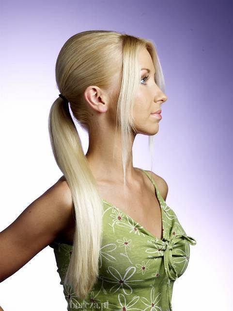 <b>Krok 3:</b> - Zbieramy włosy z tyłu głowy i związujemy je gumką.