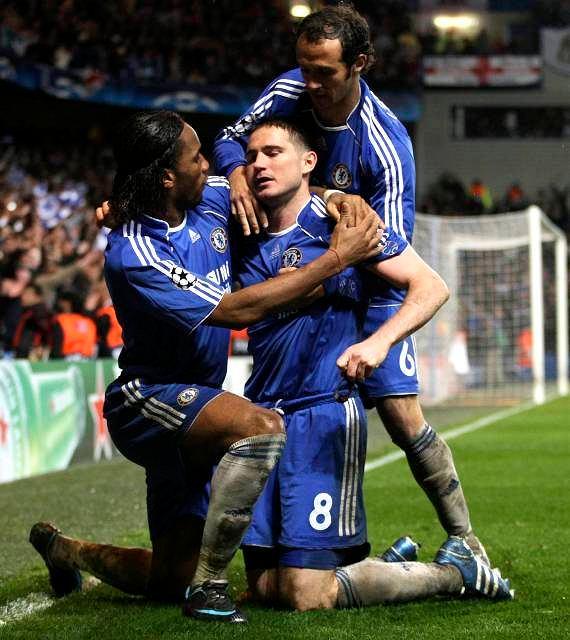 Frank Lampard na kolanach w objęciach kolegów