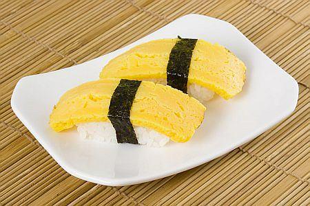 Omlet podajemy z sosem sojowym i wasabi
