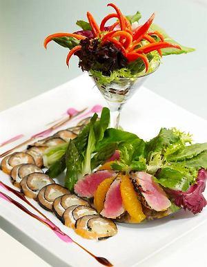 Sałatka z tuńczyka z pomarańczą na carpaccio z wędzonego łososia
