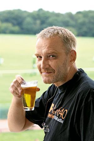 Rudy pije małe piwo