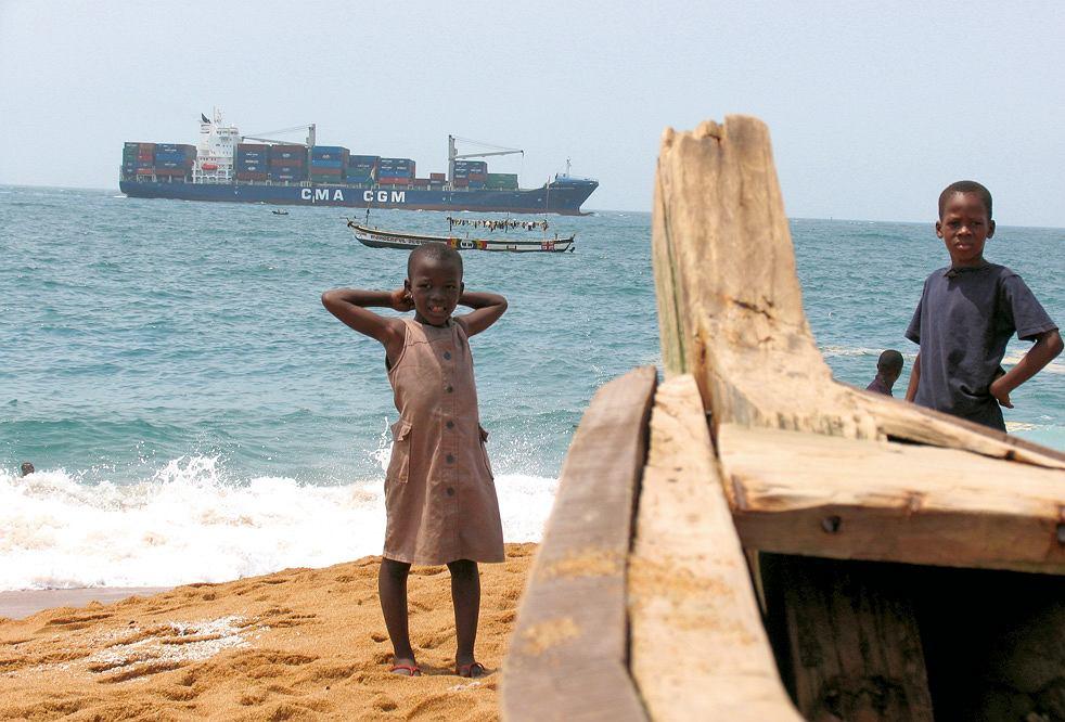 Wybrzeże Kości Słoniowej, szeroka plaża, kilka metrów za płotem hotelu