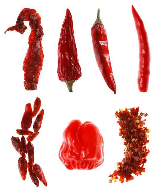 Różne rodzaje ostrej papryki. Od lewej: 1. Cayenne 2. Naga Jolokia 3. Jalapeno. 4. Świeża chilli; u dołu od lewej: 5. Piri piri 6. Habanero 7. Chilli w płatkach