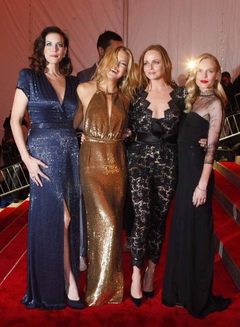 """Actresses Liv Tyler (L), Kate Hudson (2nd L) and Kate Bosworth (R) pose with designer Stella McCartney at the Metropolitan Museum of Art Costume Institute Gala """"The Model As Muse: Embodying Fashion"""" in New York May 4, 2009.     REUTERS/Eric Thayer (UNITED STATES ENTERTAINMENT FASHION)"""