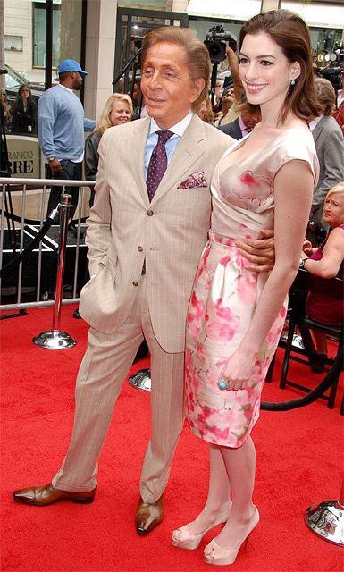 Valentino i Anne Hathaway w sukience jego projektu fot. East News