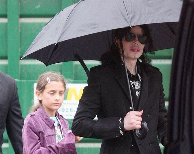 Michael Jackson unika sytuacji, w których pokazuje dzieci, ale czasami uda się go przyłapać na przechadzce z latoroślami. Prince i Paris chodzili bez masek, ale szybko zostało to naprawione. Gdy tylko okazało się, że dzieci widać z ulicy, na ich twarze nałożono karnawałowe maski. To się nazywa mieć beztroskie dzieciństwo.