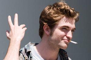Życie idola nastolatek łatwe nie jest. Robert Pattinson kręci obecnie w Nowym Jorku, gdzie został zaatakowany przez tłum rozszalałych i rozkochanych w sobie fanek. Na szczęście ochroniarze powstrzymali dziewczyny przed stratowaniem aktora. Nic dziwnego, że pali.