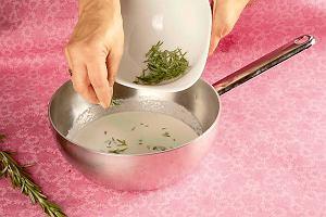 Jak zrobić torcik śmietankowy z rozmarynem i malinami