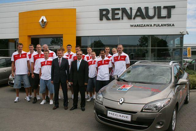 Reprezentacja koszykarzy przed salonem Renault
