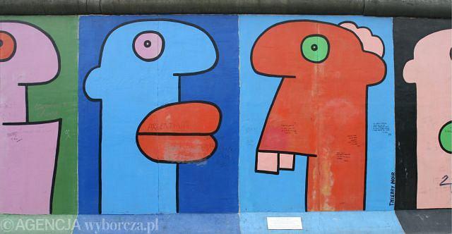 Jak doszło do upadku betonowej kurtyny 9 listopada 1989 roku? Ponoć przez pomyłkę - Najszczęśliwszą pomyłką w historii nazywają niemieckie media okoliczności obalenia muru berlińskiego przez władze NRD 9 listopada 1989 r. Otwarcie granic właśnie tamtego wieczoru było bowiem wynikiem nieporozumienia na konferencji prasowej....