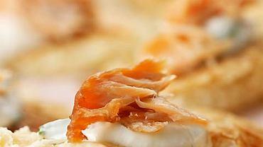Ciasto francuskie z kremowym chrzanem, koperkiem i wędzonym łososiem