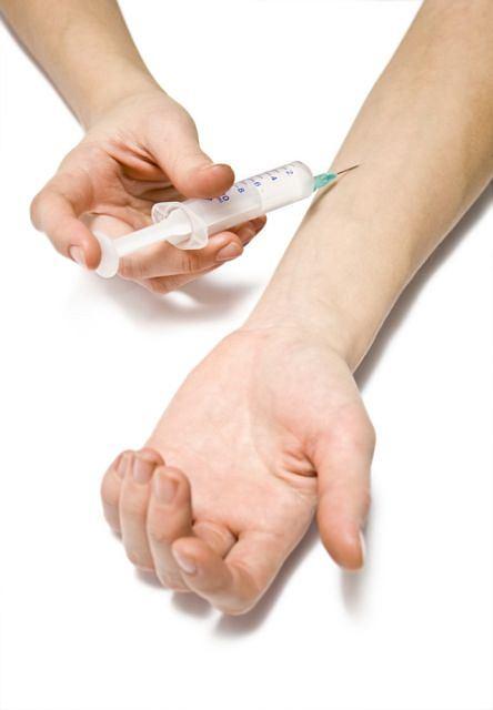 Mezoterapia to jeden z zabiegów rewitalizujących polegający na wprowadzeniu substancji leczniczych pod skórę.