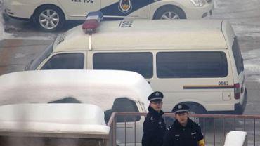 Chińscy milicjanci pilnują terenu wokół więzienia, gdzie Akmal Shaikh czeka na egzekucję