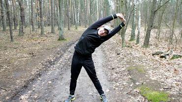 Rozciągać zawsze się trzeba! Na zdjęciu: ambasador akcji Polska Biega - Maciej Kurzajewski, komentator sportowy TVP