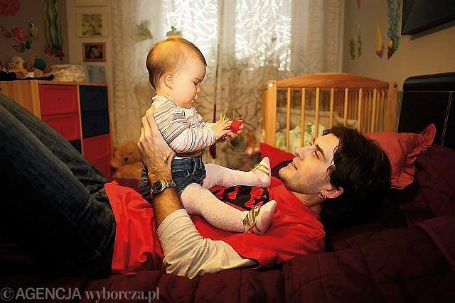 32-letni Mariusz Nowik: 'Mam się czuć jak skrzywdzony macho? Że niby mam plamy od mleka na koszuli i nie mam czasu się ogolić? Że mam problem z tym, że kilka dni w tygodniu spędzam wyłącznie na zajmowaniu się córką? Nie, no co ty!'.