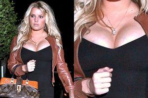 Jessica Simpson powiększyła biust? A może zwyczajnie przytyła? Zdaje się, że chodzi o to drugie. Na najnowszych zdjęciach gwiazda jest wyraźnie większa niż zazwyczaj. Posturą bardzo przypomina nam Mariah Carey. Wam też?