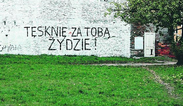 Napis namalowany przez Rafała Betlejewskiego na murze przy ul. Waliców na Woli. Po kilku dniach zostało z niego tylko