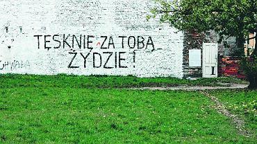 """Napis namalowany przez Rafała Betlejewskiego na murze przy ul. Waliców na Woli. Po kilku dniach zostało z niego tylko """"Tęsknię za tobą"""". Wielu warszawiaków odebrało go jako hasło antysemickie"""