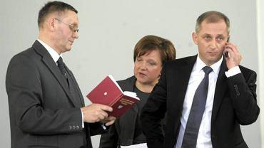 Dyskusje nad regulaminem Sejmu. Od lewej: Mirosław Sekuła (PO), Beata Kempa (PiS) i Sławomir Neumann (PO)