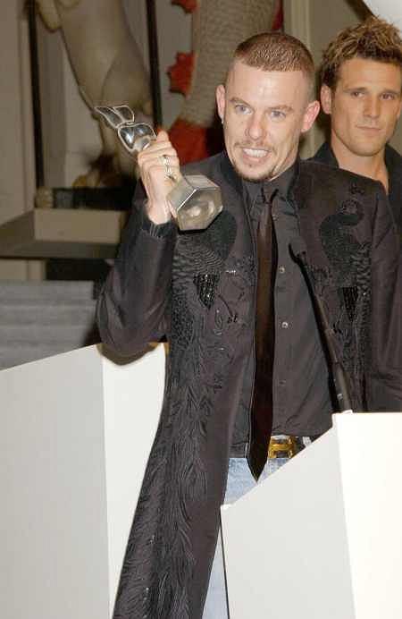 Alexander McQueen odbiera nagrodę 'British Fashion Awards' listopad 2004