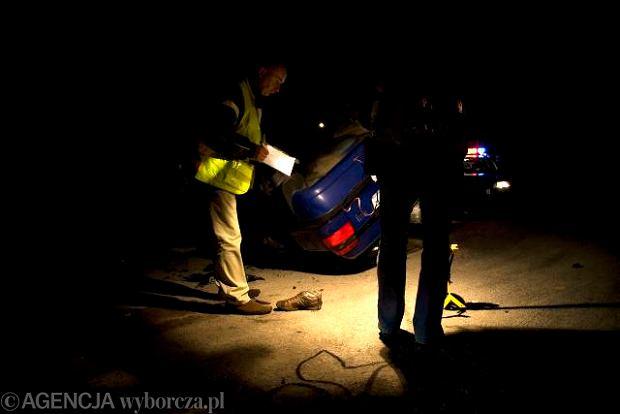 Wasilków, policjanci dokonują oględzin miejsca wypadku