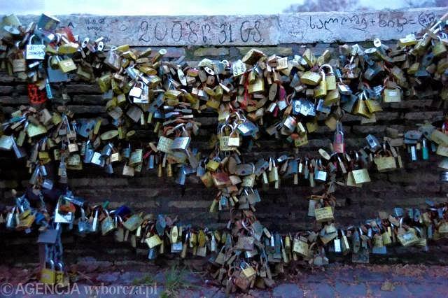 Na Moście Mulwijskim (Ponte Milvio) zakochani przysięgają sobie miłość po grób, na znak tej miłości wieszają gdzie popadnie zamkniętą kłódkę, a kluczyk wrzucają do Tybru