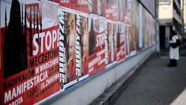 Warszawa, plakat przy stacji metra politechnika, informujący o sobotniej pikiecie przeciwko budowie meczetu