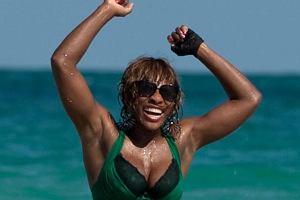 Serena zadowolona uśmiechała się do plażowiczów i paparazzi