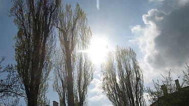 Słońce przebija się przez chmury