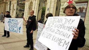 Przed Uniwersytetem Warszawskim odbył się protest przeciwko stypendiom fundowanym przez koncern Gazprom