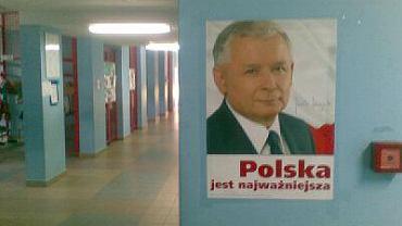 Plakaty z podobizną Jarosława Kaczyńskiego przywitały wczoraj rano uczniów Szkoły Podstawowej nr 16 na Kabatach