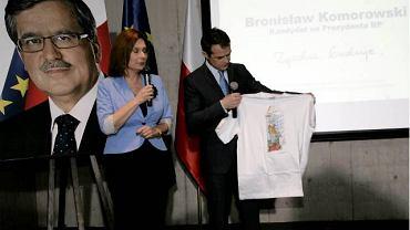 Sztab wyborczy Bronisława Komorowskiego podczas prezentacji promującej swojego kandydata koszulki oraz spotu wyborczego