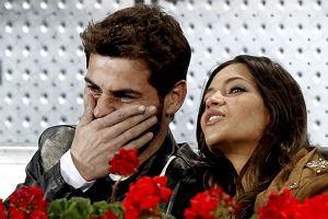 To ona odpowiada za wczorajszą porażkę ze Szwajcarią na Mistrzostwach Świata! Korespondentka sportowa Sara Carbonero, prywatnie dziewczyna bramkarza reprezentacji Ikera Casillasa, stojąc za bramką chłopaka rozpraszała go. Właśnie dlatego niefortunnie wybił on piłkę pod nogi Gelsona Fernandesa.