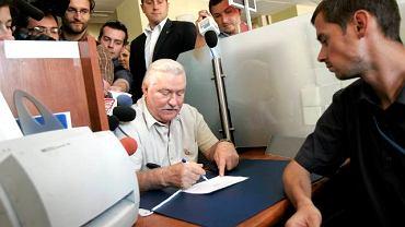 Aby zachęcić do udziału w wyborach, Lech Wałęsa wczoraj osobiście odebrał w Urzędzie Miasta Gdańska zaświadczenie, które w niedzielę pozwoli mu oddać głos w dowolnej komisji w kraju