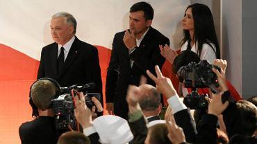 Jarosław Kaczyński stwierdził, że Marta Kaczyńska i jej mąż Marcin (na zdjęciu ze stryjem podczas wieczoru wyborczego w dniu pierwszej tury wyborów prezydenckich) tak jak dotychczas, również w końcówce kampanii nie będą brali w niej udziału