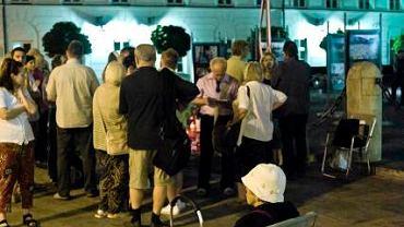 Nocne czuwanie Komitetu  Ochrony Krzyża pod Pałacem Prezydenckim