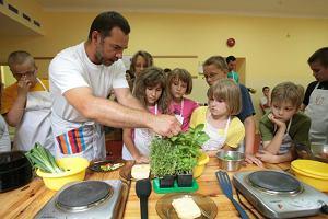 Paweł Trzaska namawia dzieciaki, by do omleta dodać świeżych ziół