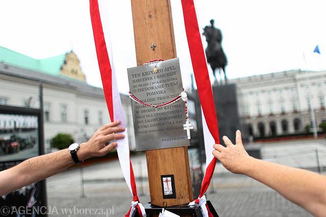 Warszawska kuria nie chce zająć stanowiska w sprawie decyzji o przyszłości krzyża pod Pałacem Prezydenckim. Z kolei BOR uważa, że krzyż nie powinien tam pozostać, bo to tzw. strefa zero.