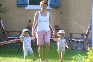 Joanna Brodzik wypoczywała z synkami na łonie natury. Zielone otoczenie, przyjemne powietrze sprzyjają słodkiemu lenistwu, ale Joasia zajmowała się dziećmi. Na przykład odbyła z nimi krótki spacer.