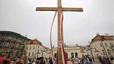 Wpisy na krzyżu pod Pałacem Prezydenckim