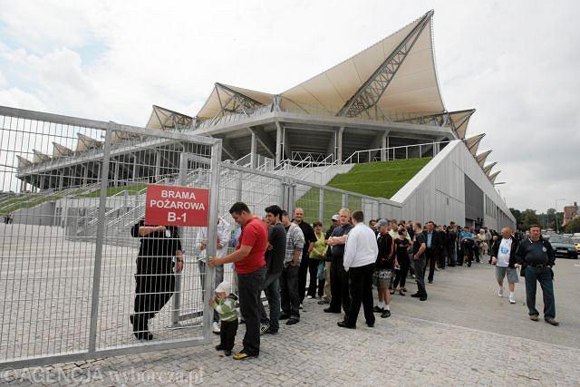 Kolejka przed stadionem Legii